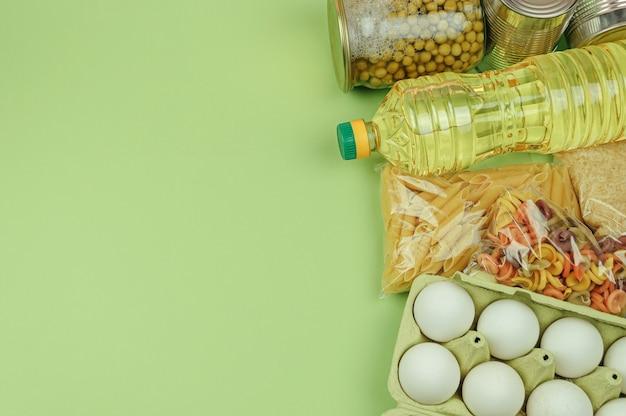 Donatie voedsel met kopie ruimte. plat leggen. bovenaanzicht. rijst, ingeblikt voedsel, boter, eieren, pasta.