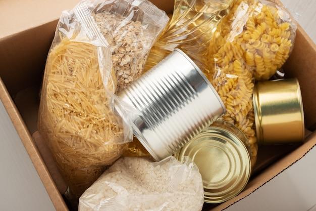 Donatie voor mensen die banen verliezen een set producten in een doos pastaboter havermoutgranen