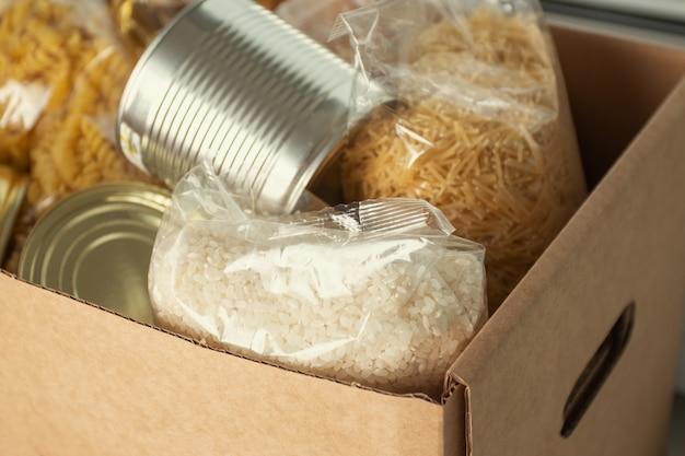 Donatie voor mensen zonder geld en werk tijdens coronavirusepidemieset van producten in doos