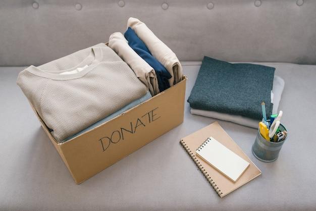 Donatiebox en vrijetijdskleding in de woonkamer