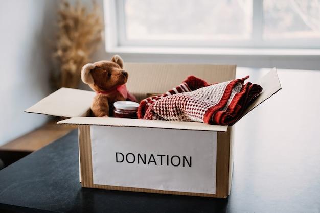 Donatiebox liefdadigheidsgeschenken helpen vluchtelingen en daklozen kerstmis liefdadigheidsdonatiebox