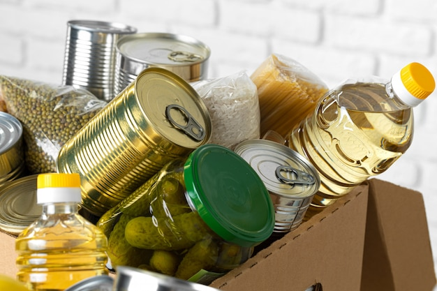 Donatiebox met divers voedsel. pandemische ondersteuning.