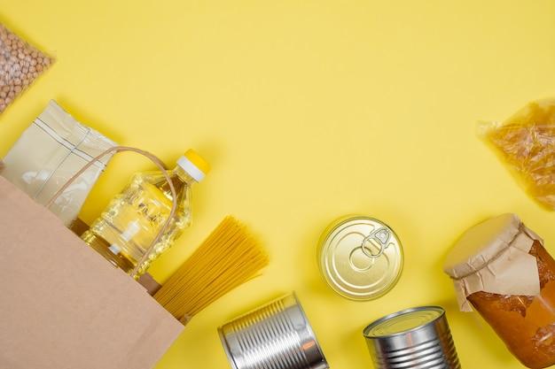 Donatiebox met diverse smart food. papieren zak. voedseldonaties of voedselbezorgingsconcept.