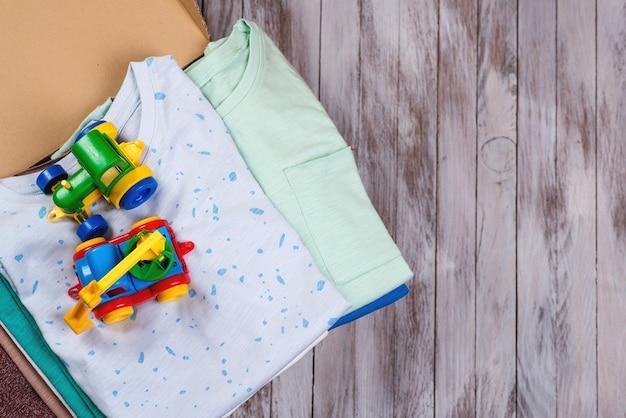 Donatiebox met kinderspullen en speelgoed. donatiebox vol met spullen om te doneren, bovenaanzicht.