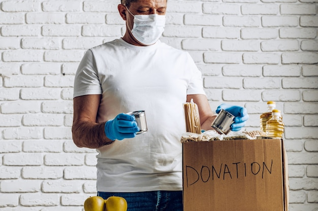 Donatiebox met voedsel voor mensen die lijden aan de gevolgen van coronavirus en pandemie