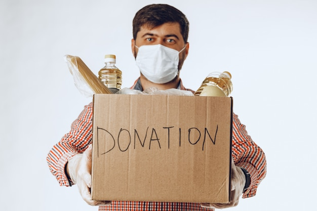 Donatiebox met voedsel voor mensen die lijden aan de gevolgen van coronavirus pandemie