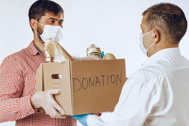 Donatiebox met voedsel voor mensen die lijden aan pandemie van het coronavirus