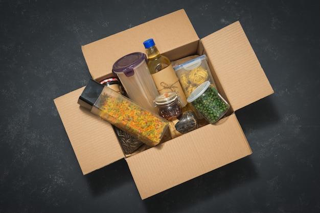 Donatiebox vol met verschillende producten op donker