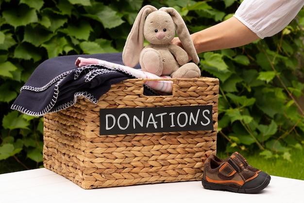 Donatiebox voor kleding in de tuin