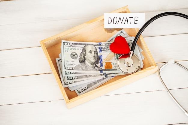 Donaties en liefdadigheid. bijdrage . doos met donaties en hart op de witte.
