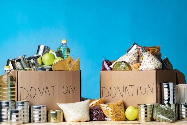 Donaties van voedsel op tafel. tekstdonatie. detailopname.