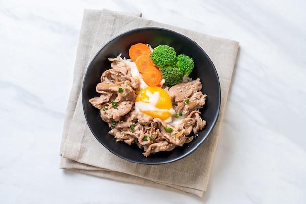 Donburi, rijstkom met onsen ei en groenten