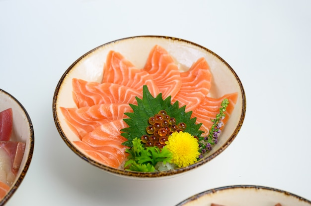 Donburi sneed rauwe zalm op japanse rijst