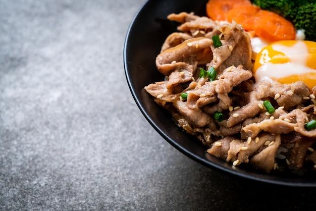 Donburi, varkensrijstkom met onsen-ei en groente - japanse voedselstijl