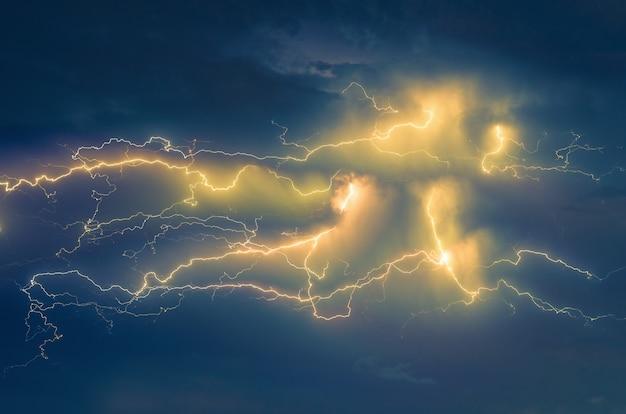 Donder bliksem en storm in de lucht met wolken achtergrond