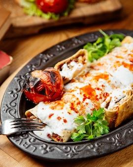 Doner gewikkeld in lavash met gegrilde tomaat