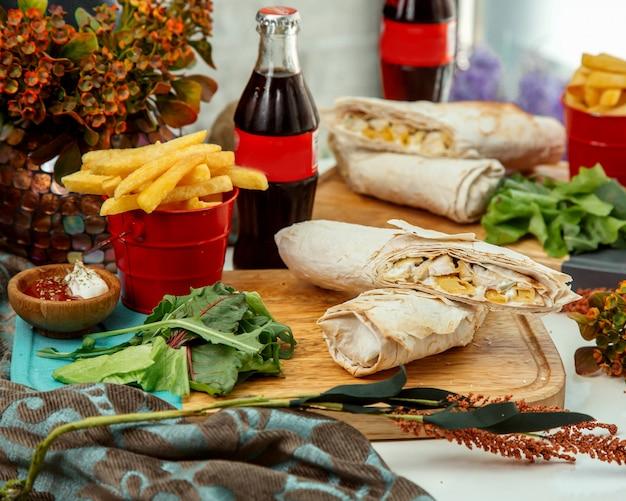 Doner in lavash op een houten bord
