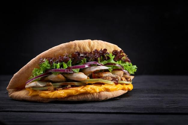 Doner kebab - gebakken kippenvlees met groenten in pitabroodje