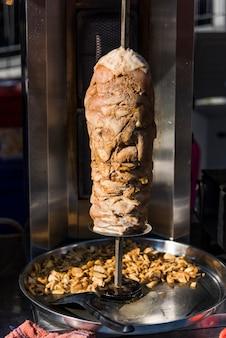 Doner kebab in een roosterende spti