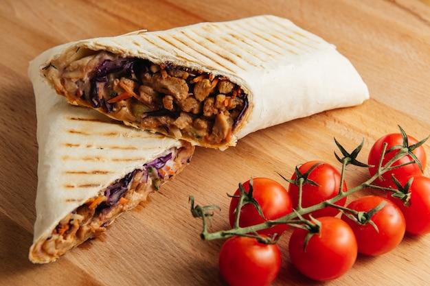 Döner kebab op een houten bord