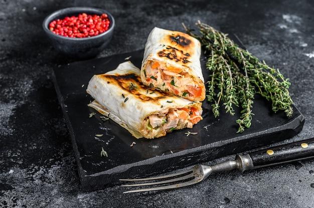 Döner kebab rol in een lavash met kip en rundvlees