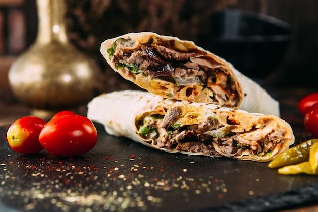 Doner kebab roll turkse schotel met gemarineerd vlees