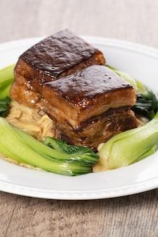 Dongpo-varkensvlees met groene groente, traditioneel voedsel voor chinees nieuwjaar
