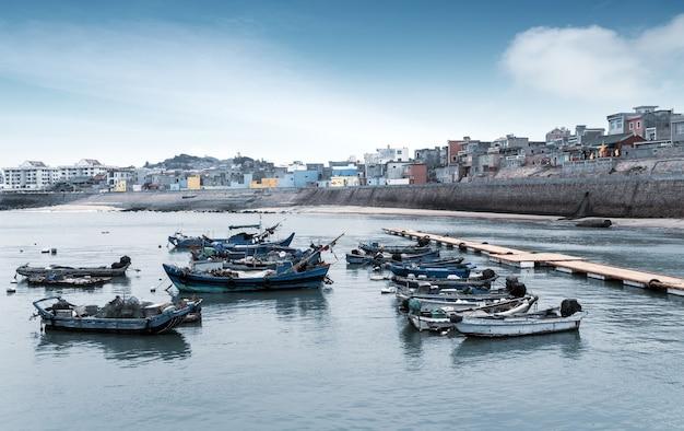 Dongshan island kustlijn en stadsgebouwen, fujian
