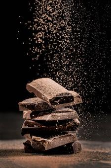 Donker arrangement met chocoladedessert