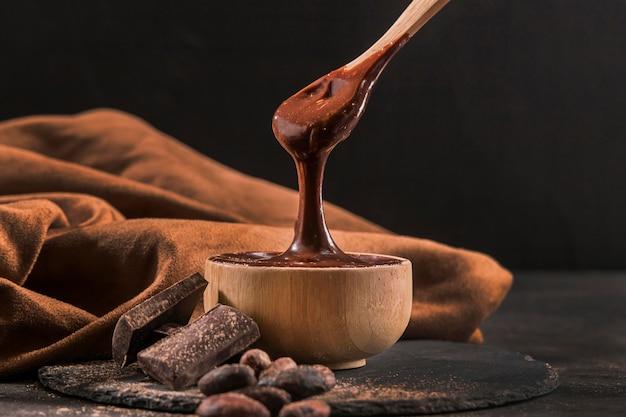 Donker arrangement met gesmolten chocolade