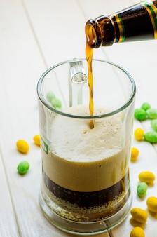 Donker bier gieten in een glazen fles