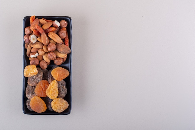 Donker bord van verschillende biologische noten