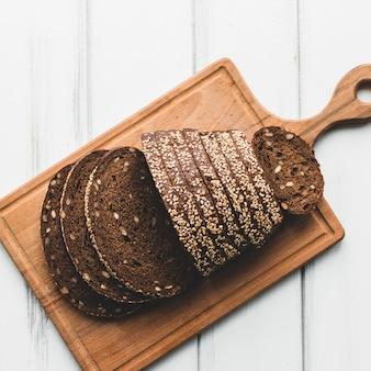 Donker brood gesneden op een houten bord