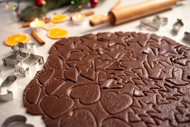 Donker gesneden chocoladedeeg op tafel voor het bakken