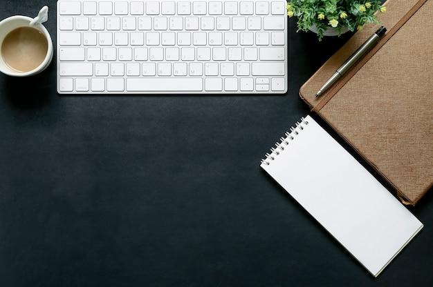 Donkerblauw lederen tafelblad van office met kantoorgadget en kopieerruimte.