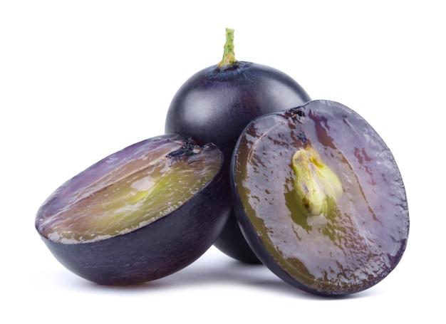 Donkerblauwe druiven en druivenplakken geïsoleerd