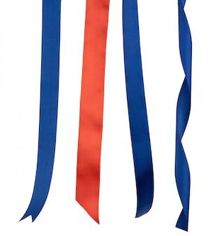 Donkerblauwe en rode zijden linten geïsoleerd op wit