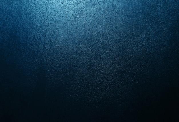 Donkerblauwe muur met decoratief stucwerk. rook, smog, schijnwerpers