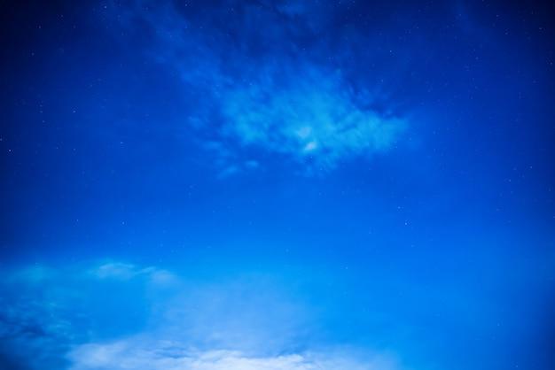 Donkerblauwe nachthemel met veel sterren. melkweg achtergrond