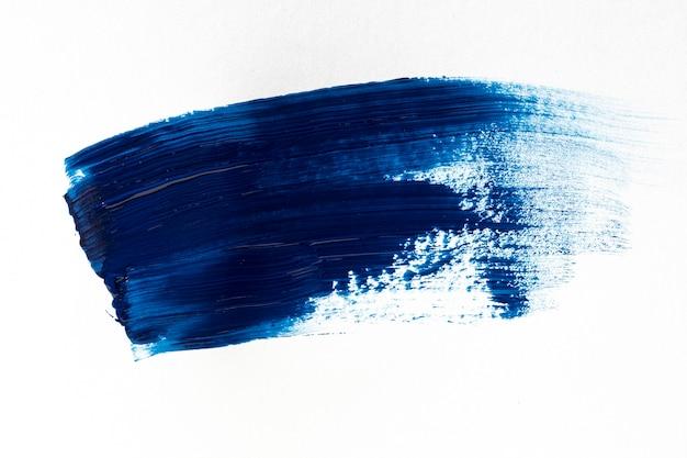 Donkerblauwe penseelstreek op witte achtergrond