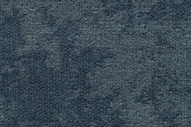 Donkerblauwe pluizige achtergrond van zachte, wollige doek. textuur van lichte luiertextiel, close-up.
