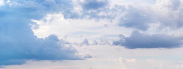 Donkerblauwe wolken aan de zonovergoten lucht, panorama