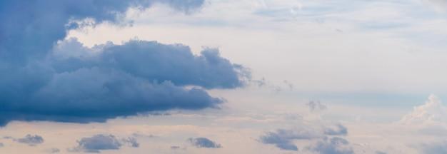 Donkerblauwe wolken in de lichte lucht, panorama