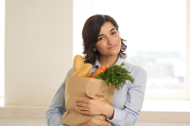 Donkerbruin pakket met groentenbezorgsupermarkt