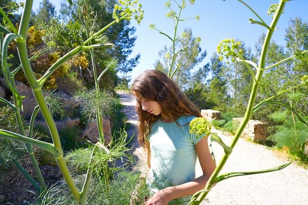 Donkerbruin tienermeisje in mediterraan spoor
