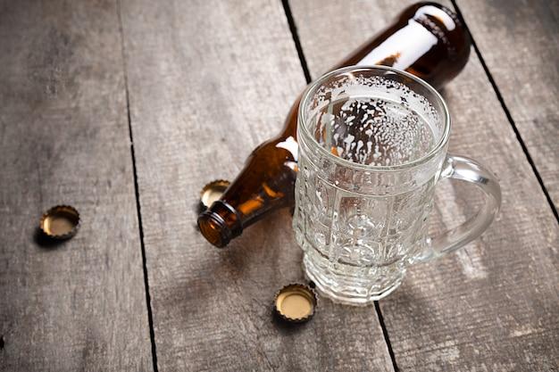 Donkerbruine bierfles geopend