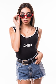 Donkerbruine geïsoleerde vrouw in zwarte t-shirt korte jeans