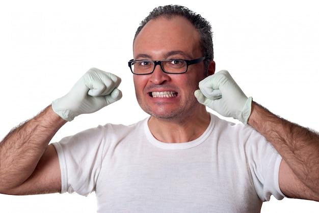 Donkerbruine mens die in witte handschoenenoverhemd oogglazen camera bekijken