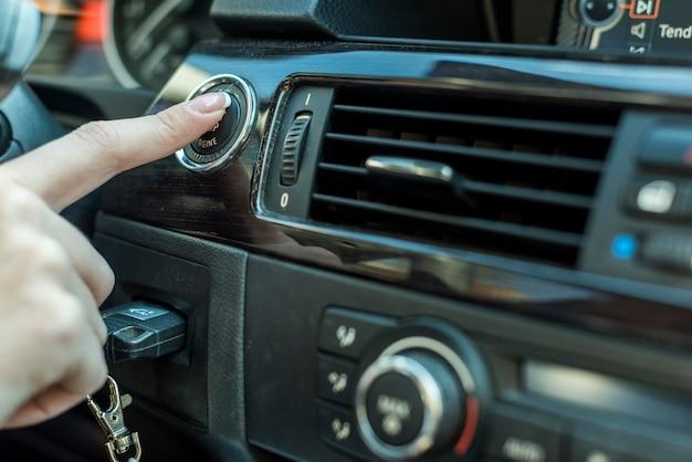 Donkerbruine onderneemster binnen een auto
