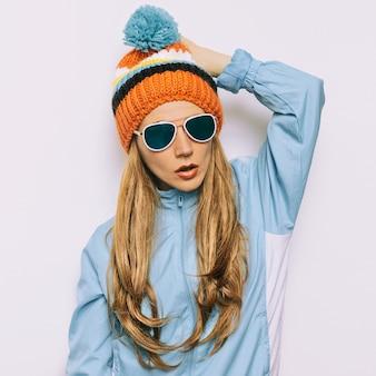 Donkerbruine pomponmuts en stijlvolle zonnebril snowboard warme modeaccessoires